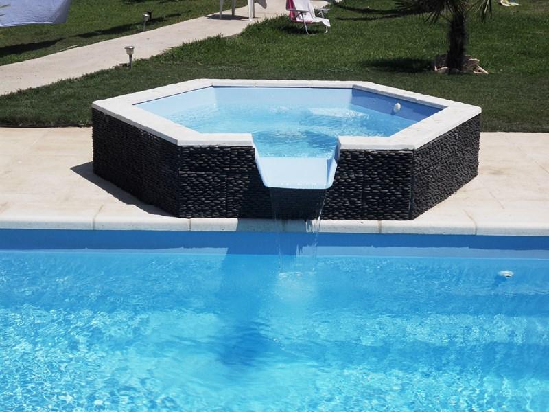 spa d bordement vente de piscine coque martigues neptune piscines par les eaux bleues. Black Bedroom Furniture Sets. Home Design Ideas