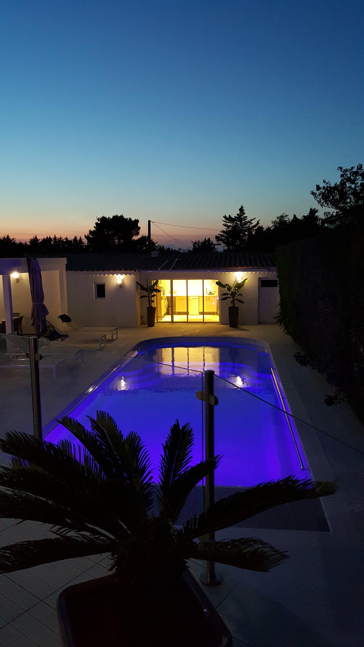 pose d 39 une piscine coque mod le lac de charme chateauneuf les martigues vente de piscine. Black Bedroom Furniture Sets. Home Design Ideas