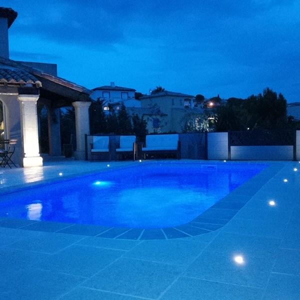 r alisation d 39 une piscine coque estari sausset les pins avec terrasse et clairage led. Black Bedroom Furniture Sets. Home Design Ideas