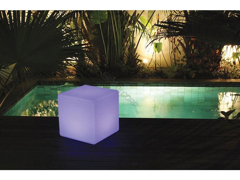 Cube Lumineux Du0027extérieur à LED Pour Piscines - Vente De Piscine Coque à  Martigues - Neptune Piscines Par Les Eaux Bleues